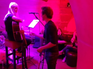 Simon Ferrante helping a singer at Cavern open mic in Paris