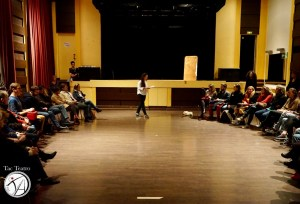 Ornella Bonventre speaking to the spectators during the TAC Teatro work demonstration